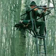 Jäger im Hochsitz