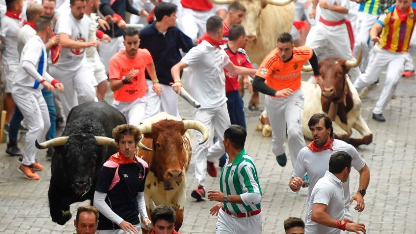 SPAIN-BULLFIGHTING-TOURISM-SANFERMIN-FESTIVAL-BULL RUN