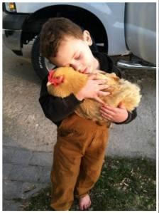Kind mit Hühner_n