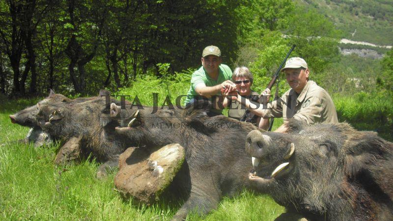 Jäger mit ermordeten Wildschweine(4)