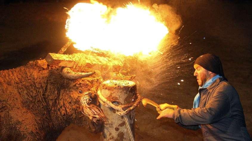 -toro-j-bilo-toro-de-fuego-stier-festival-spanien--1v6b