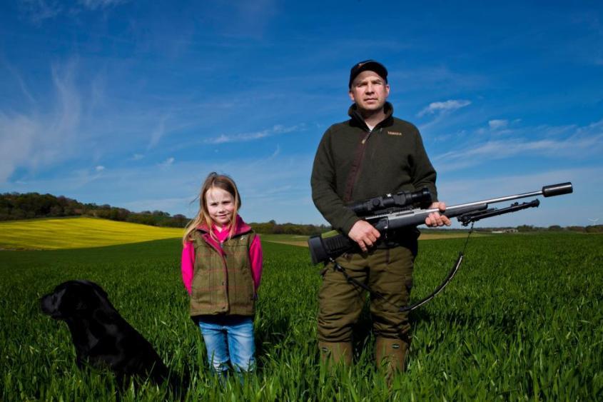 Vater Jäger mit Mädchen
