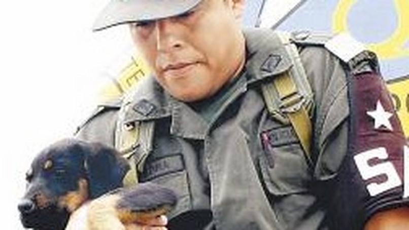kolumbianischer polizist mit Hund