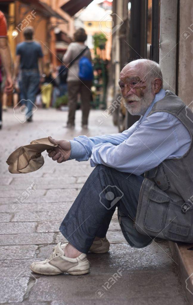 17838707-bologna-juni-2012-ein-obdachloser-alter-mann-bettler-1