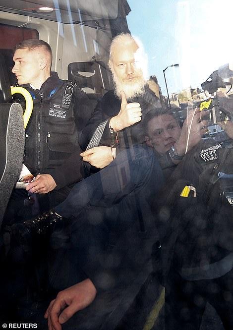 Assange im Autojpg
