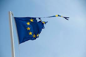 zerissene EU-Flagge am Stock
