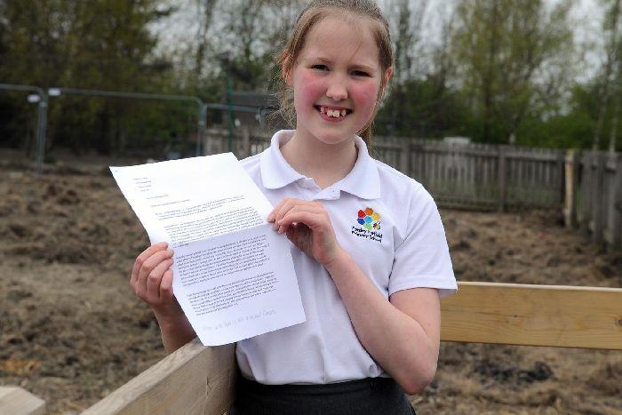 Elfjährige Schüllerin mit Petitionsbriefjpg