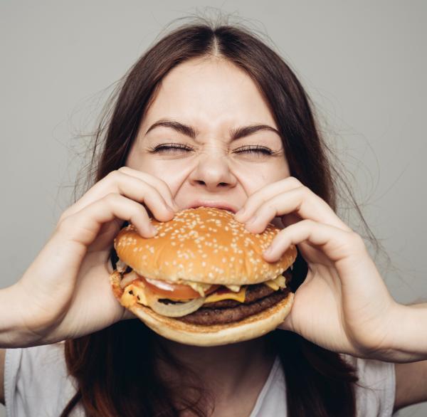 frau mit veganem Burgerjpg