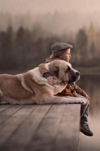 Kleines Kind mit grossem Hund_n
