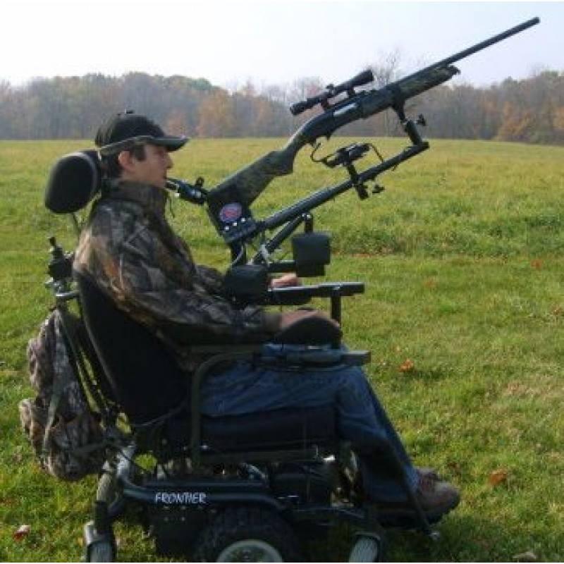 Behinderter Jäger im Rohlstuhl