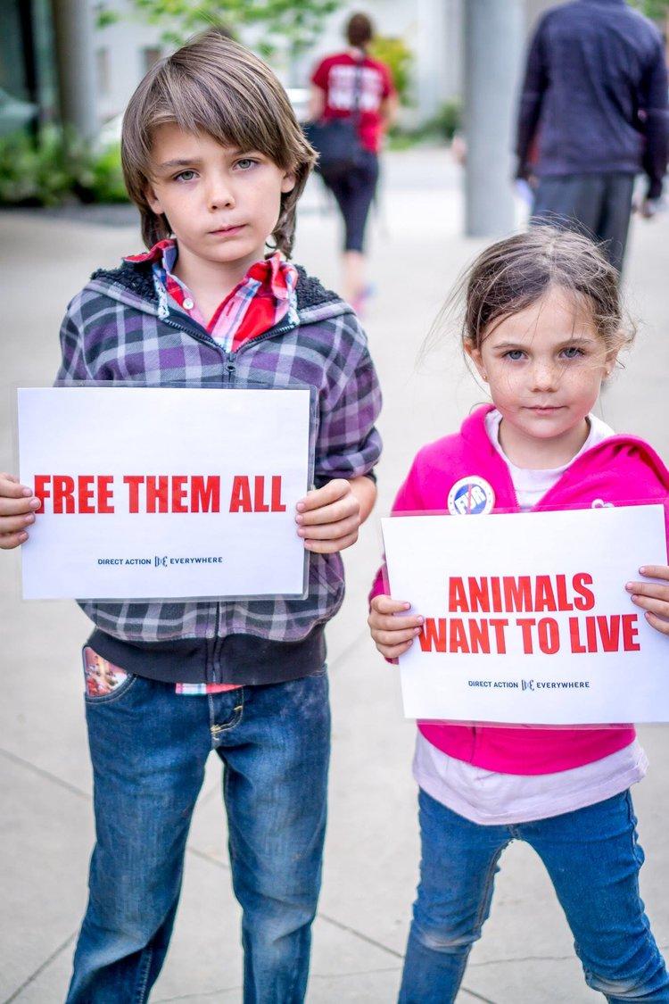 zwei Kinder mit Plakate für Tierejpg